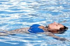 俏丽的游泳者 库存图片