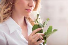 俏丽的玫瑰色妇女 免版税库存照片