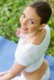 俏丽的瑜伽妇女顶视图  库存照片