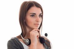 年轻俏丽的电话中心工作者女孩画象有看的耳机和的话筒的隔绝在白色 库存图片