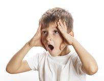 年轻俏丽的男孩想知道的面孔被隔绝的姿态 免版税库存图片
