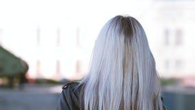 俏丽的白肤金发的女性走的街道灿烂微笑 股票视频