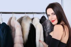 俏丽的看照相机的妇女感人的皮大衣 库存图片