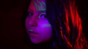 俏丽的确信的女孩特写镜头画象有去阶段霓虹的构成的做表现 在黑色的时装模特儿 股票视频