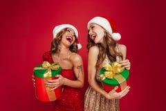 俏丽的笑的妇女画象圣诞节帽子的 免版税库存照片