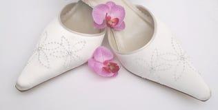 俏丽的缎穿上鞋子婚礼 库存照片