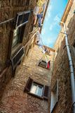 俏丽的街道在古城托斯卡纳 免版税图库摄影