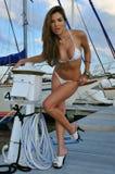 俏丽的西班牙泳装模型摆在性感 免版税库存图片