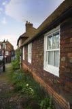 俏丽的议院在英国村庄 图库摄影