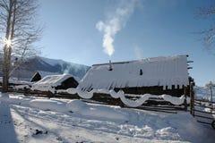 俏丽的雪小屋 库存图片