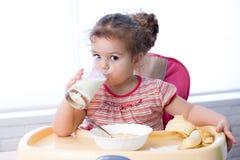 俏丽的从玻璃的孩子饮用奶 免版税图库摄影