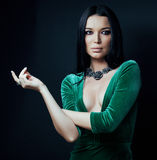 年轻俏丽的brunett妇女穿戴了时髦在豪华诱人的财富的毛皮关闭在黑色 库存照片