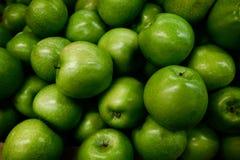 俏丽绿色的苹果很水多和吃 免版税库存图片