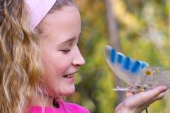 俏丽蝴蝶的女孩 库存图片
