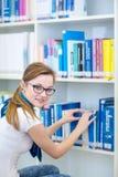 俏丽,女性大学生在图书馆里 库存照片