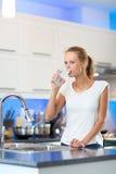 俏丽,少妇在她的现代厨房里 免版税库存图片