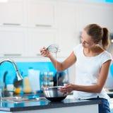 俏丽,少妇在她的现代厨房里 库存图片