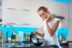 俏丽,少妇在她的现代厨房里 库存照片