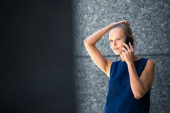 俏丽,年轻女实业家谈话在电话 免版税库存照片
