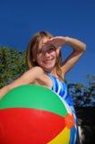 俏丽beachball的女孩 免版税库存照片