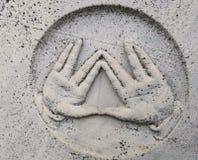 保佑在犹太教教士墓碑描述的姿态  库存照片