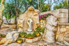 保佑的圣母玛丽亚的雕象有小的耶稣 库存图片