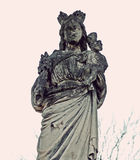 保佑的母亲和耶稣的神秘的老石雕象是partl 免版税库存照片