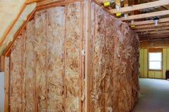 保冷和木日志用车床加工准备好完成由榫槽接合板条做成 库存照片