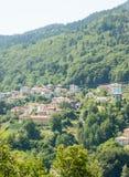 保加利亚在斯莫梁:房子和山 免版税图库摄影