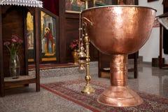 保加利亚正统施洗的仪式的铜盘子 库存图片