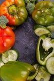 保加利亚胡椒黄瓜和硬花甘蓝的特写镜头在黑背景的一个圈子排行了 库存照片