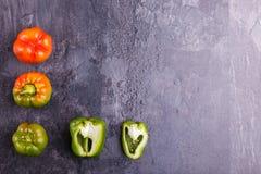 保加利亚胡椒,橙色和绿色,在黑背景 免版税库存图片