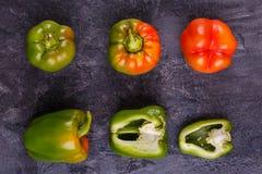 保加利亚胡椒,橙色和绿色,在黑背景 库存照片