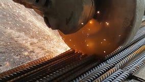 保加利亚裁减金属的特写镜头在慢动作的 火花从研磨机的轮子下面在慢动作的飞行  股票录像
