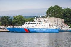 保加利亚边境警察船在瓦尔纳口岸站立 免版税库存照片