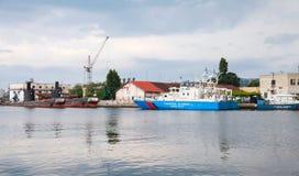 保加利亚边境警察船在瓦尔纳站立停泊 免版税库存图片