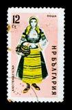 保加利亚邮票在民间服装丘斯滕迪尔显示妇女,大约1961年 免版税库存图片