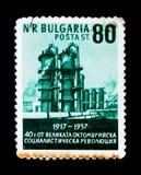 保加利亚邮票显示精炼厂, 10月革命40周年,大约1957年 库存图片