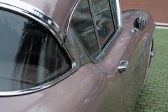 保加利亚,埃尔霍沃- 2017年10月07日:桃红色卡迪拉克系列62小轿车1958徽章丝毫V-8引擎、自动传输和空气c 库存照片