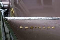 保加利亚,埃尔霍沃- 2017年10月07日:桃红色卡迪拉克系列62小轿车1958徽章 桃红色卡迪拉克汽车丝毫V-8姓名徽章细节  免版税库存图片