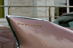 保加利亚,埃尔霍沃- 2017年10月07日:桃红色卡迪拉克系列62小轿车1958徽章 桃红色卡迪拉克汽车丝毫V-8姓名徽章细节  库存照片