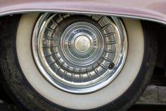 保加利亚,埃尔霍沃- 2017年10月07日:桃红色卡迪拉克系列62小轿车1958徽章 桃红色卡迪拉克汽车轮子细节  库存照片