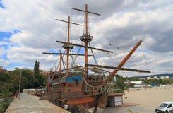 保加利亚:瓦尔纳海滩的船餐馆 库存图片