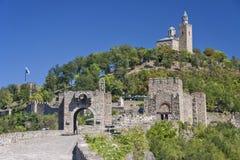 保加利亚-大特尔诺沃-门、medieva墙壁和大教堂  免版税库存照片