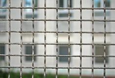保卫与囚犯的监狱的栅格铁 免版税库存图片