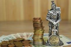 保卫的欧盟,共同的货币的保护 欧洲货币的危险 骑士防止欧洲硬币 免版税图库摄影