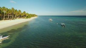 保和省有小船的海岸海岛鸟瞰图  通风 菲律宾 股票视频