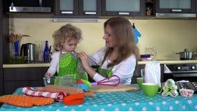 保姆保姆妇女获得乐趣在有俏丽的小孩女孩的厨房 影视素材