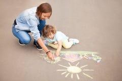 保姆或幼儿园概念 画与颜色的孩子 免版税库存照片