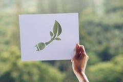 保存世界生态概念环境保护用举行被删去的纸电源插头陈列的手 库存照片